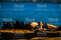 Homem toma sol deitada na praia do Perequê em Ilhabela, Brasil foto royalty-free