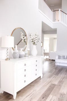 Bright White Entry Coastal Glam Style Front … - Home Decoration Coastal Living Rooms, Home And Living, Living Room Decor, Bedroom Decor, Dining Room, Muebles Shabby Chic, Foyer Decorating, Cottage Decorating, Decorating Ideas