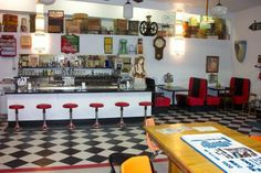 50's Soda Fountain.. I want my Ice cream shop to look similiar to this.