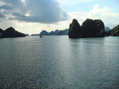La Bahía de Halong, el dragón descendente en el mar de China http://el-mundo-de-rocio.blogspot.com.es/2014/10/la-bahia-de-halong-el-dragon.html