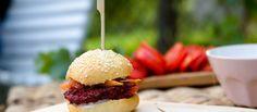 Burger z červené řepy Hamburger, Ethnic Recipes, Food, Essen, Burgers, Meals, Yemek, Eten