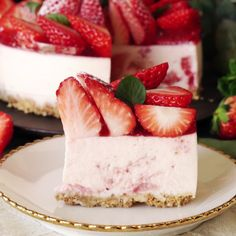 No-Bake Strawberry Cheesecake If you like fruity desserts, you'll love this easy cheesecake made with dozens of fresh strawberries. Easy Desserts, Delicious Desserts, Dessert Recipes, Yummy Food, Breakfast Recipes, Baked Strawberries, Cheesecake Strawberries, Cheesecake Bars, Strawberry Cheesecake Recipes