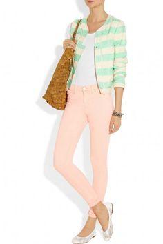Ballerine bianche e pantaloni pastello - Ballerine bianche abbinate a pantaloni pastello.