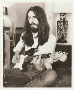 George Harrison - The Beatles - Fender Stratocaster Beatles Guitar, Beatles Love, Beatles Photos, George Beatles, Hello Beatles, Beatles Poster, Beatles Art, Guitar Art, George Harrison