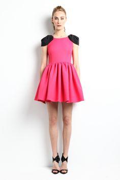 """Vestido rosa con falda de vuelo con mucho volumen y """"alitas"""".  Modelo Aldora - """"Moments"""" P/V 2014 Apparentia Collection."""