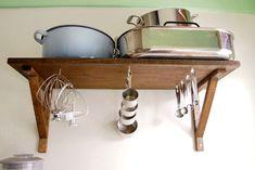 Organizar Medidores. Com simples ganchos que podem ser encontrado em qualquer loja de materiais para construção é possível ter uma organização e decoração com seus utensílios. Mas se você não quer deixar expostos, basta fazer o mesmo dentro do armário.