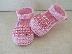 sandalia feita em croche, cores e tamanhos a criterio do cliente. <br>tamanhos:0 a 3 meses,3 a 6 meses !!! <br>informar o tamanho no ato da compra! <br>este modelo está sendo feito com botão perola!