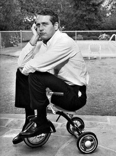 Paul Newman, on a kids tricycle. He is so cool, check out his shoes. [Rare and beautiful celebrity photos] Hollywood Stars, Classic Hollywood, Old Hollywood, Hollywood Photo, Paul Newman Joanne Woodward, Actrices Hollywood, Famous Faces, Celebrity Photos, Celebrity Mugshots