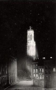 Utrecht bij nacht: 1918 Stadhuisbrug met Domtoren onder een winterse sterrenpracht.......