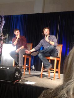"""Oh. my. goodness.  @FangasmSPN: Jared demonstrates his leg squeezing propensity.... On Jensen. #chicon """""""