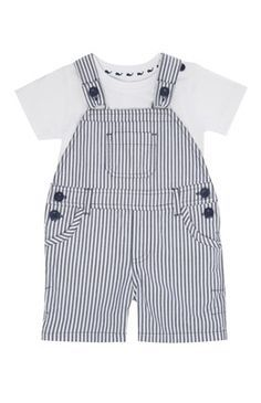Conjunto jardineiras às riscas e t-shirt Kids Fashion Wear, Baby Boy Fashion, Toddler Fashion, Niñas Carters Baby, Baby Boy Outfits, Kids Outfits, Baby Dress Patterns, Baby Sewing, Baby Knitting