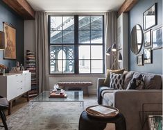 Dê a impressão de mais espaço usando móveis de vidro claro, acrílico ou plástico.   17 dicas para fazer seu apartamento parecer maior