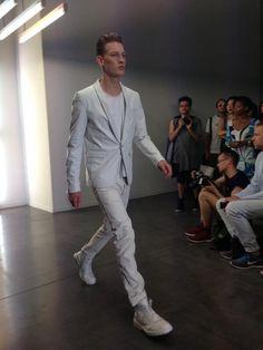 Blazer en cuir blanc, jean blanc et chaussures blanches au défilé #Diesel Black Gold #Menswear #MFW
