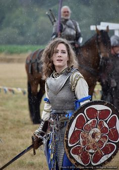 sartorialadventure: oberonsson: Alicia Archer fights for France - Washington Midsummer Renaissance Faire - August 11 2018 (and yes in the rain) Photo by Douglas Herring I love how genuinely battle-scarred her shield is Caballería Medieval, Medieval Fantasy, Armadura Medieval, Female Armor, Female Knight, Fantasy Armor, Larp, Female Characters, Character Inspiration