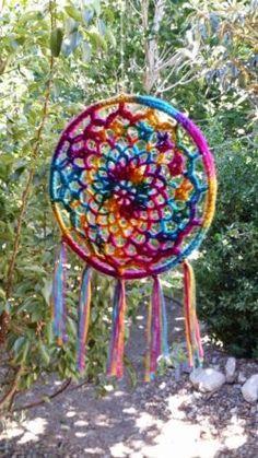 ideas for crochet dreamcatcher Crochet Home, Cute Crochet, Crochet Crafts, Crochet Projects, Crochet Mandala Pattern, Crochet Patterns, Los Dreamcatchers, Dream Catcher Mobile, Dream Catchers