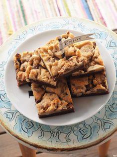 PÄHKINÄ-SUKLAABROOKIET, PELLILLINEN   Kaakao kermavaahdolla Blondie Brownies, Blondies, Sweet Recipes, Waffles, Sweet Tooth, Cereal, Sweet Treats, Chocolate, Baking