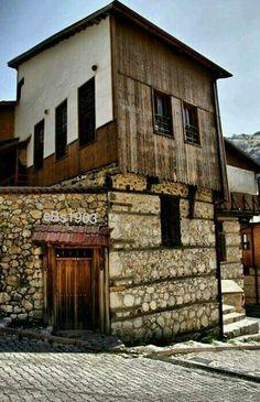 Tarihi Anadolu Evleri Kemaliye(Eģin) ERZİNCAN24 #eBs1903 Art And Architecture, Sculpture Art, Istanbul, Cabin, Traditional, House Styles, Karma, Wealth, Buildings