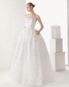 Vestido de novia corte princesa con bolsas, sin mangas y con escote ilusión - Foto Rosa Clará