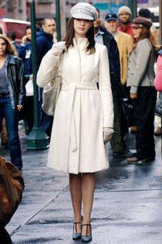 Anne Hathaway in The Devil Wears Prada Coat: Yigal Azrouel Hat and Gloves: Chanel Shoes: Marni Prada Outfits, Cool Outfits, Movie Outfits, Amazing Outfits, White Outfits, Pretty Outfits, Patricia Field, Devil Wears Prada, Funny Fashion