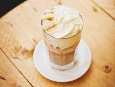 Een gezonde smoothie om je dag mee te beginnen is heerlijk. Voor alle koffieliefhebbers heb ik een gezond smoothie recept waar je de dag mee kan beginnen.Dit recept bestaat maar uit vier ingrediënten waardoor het heel gemakkelijk is om te maken. Eet smakelijk. Wat heb je nodig: -Een blender -Espresso koffie -Melk ...