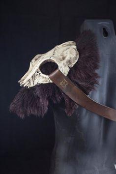 Skull armor shoulder tribal style pauldron. por CamaradelAlquimista