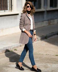 tenue travail idéal pour le printemps avec un manteau rayé et espadrilles