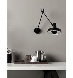 Arigato væglampe fra Grupa-Products  Arigato lamperne er kendetegnet ved et super elegant og stilrent design, og så er de så fleksible, at de kan finde anvendelse overalt i boligens rum.   Væglampens diskrete udtryk passer smukt i stuen som belysning ved yndlingsstolen, på kontoret - og i køkkenet ved både arbejds- og spisepladsen.  Stellet er fremstillet af stålrør og skærmen i aluminium med en mat sort pulverlakering - alle Grupas lamper er håndlavede i Kroatien.  Mål:  Arme: 2 x 37 cm…