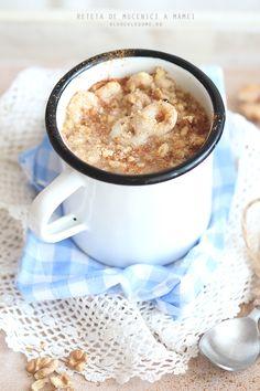 Mucenici cu nuci: 1,5 l apa; 1 punga de mucenici (sau cateva zeci de mucenici pregatiti dintr-un aluat consistent facut in casa, din faina, apa si sare); 1 lingurita de sare; 6 linguri de zahar; 2 lingurite de scortisoara; esenta de vanilie (noi o putem adapta cu semintele de la o pastaie de vanilie)( coaja rasa de lamaie; o cana cu nuca pisata.