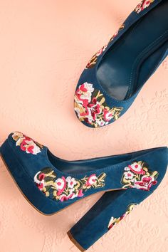 Ces chaussures lui rappelaient les histoires anciennes de l'exotique Eldorado, la ville d'or.  These shoes reminded her of the old exotic tales of Eldorado, the city made of gold. Blue suede floral embroidered platform heels www.1861.ca