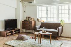 スペースが限られた一人暮らしのお部屋にはコンパクトサイズの家具を選び、どうレイアウトするかが何よりも大事なポイントです。幅130㎝でアームや背たれが低めのソファなら圧迫感を軽減しながら憧れのソファライフを過ごすことができます。このローテーブルは広げられるのでおすすめです。 一人暮らしに役立つスペースをとらないうちカフェコーディネート