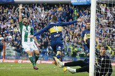 Gino Peruzzi festejando su gol.