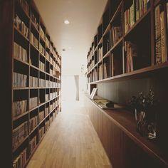 細長い通路一面本棚のライブラリースペース。 本好きにはたまらない空間です。  #denplusegg #renovation #reform #library  #デンプラスエッグ #リノベーション #リフォーム #ライブラリー #書庫 #本棚