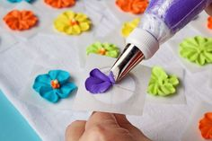 How to Make a Royal Icing Primrose Video via The Bearfoot Baker Cake Decorating Tools, Cake Decorating Techniques, Cookie Decorating, Royal Icing Cakes, Royal Icing Flowers, Buttercream Flowers, Icing Tips, Frosting Tips, Icing Recipes
