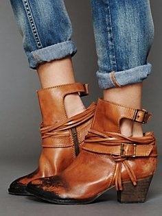 Jeans e sandália bota = moderno