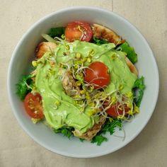 Sałatka z grillowanym kurczakiem i dressingiem z awokado | Lunchoteka