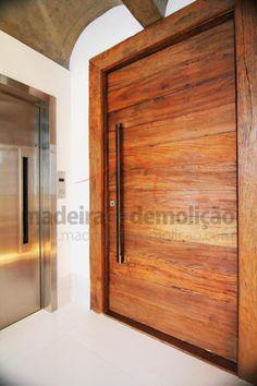 Porta pivotante de madeira de demolição #portademadeira. Visite nosso site http://bit.ly/1oAFNtu
