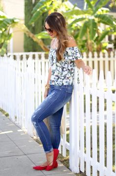 Crea un look primaveral con blusas off-shoulders.
