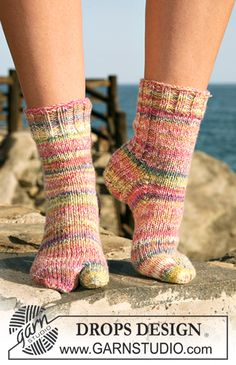 """Tootsies - DROPS socks with big toe in 2 threads """"Fabel"""". - Free pattern by DROPS Design Knitting Patterns Free, Knit Patterns, Free Knitting, Baby Knitting, Free Pattern, Drops Design, Knitted Slippers, Crochet Slippers, Knit Crochet"""