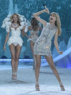Taylor Swift performs at the 2013 Victoria's Secret fashion show