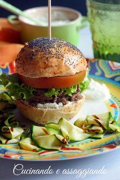 Cucinando e assaggiando...: Hamburger d'ispirazione mediterranea con salsa allo yogurt e zucchine marinate