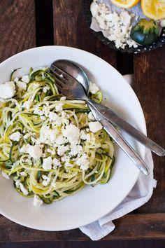 Low Carb Zucchini-Spaghetti mit Zitrone und Feta. Dieses 10-Minuten Rezept ist schnell, einfach und verdammt gut - kochkarussell.com