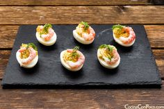 huevos rellenos recetas facil gambas Snack Recipes, Cooking Recipes, Snacks, Yummy Appetizers, Food Menu, Sushi, Panna Cotta, Food And Drink, Breakfast