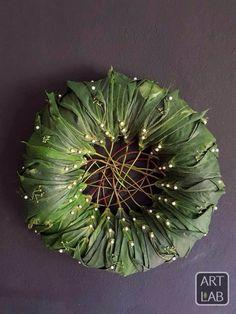 When exposed pins are ok Art Floral, Deco Floral, Floral Design, Autumn Wreaths, Christmas Wreaths, Rustic Christmas, Christmas Arrangements, Floral Arrangements, Felt Flowers