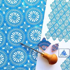 fabric stamping Patterns of today. Stamp Printing, Printing On Fabric, Screen Printing, Eraser Stamp, Atelier D Art, Stamp Carving, Fabric Stamping, Handmade Stamps, Tampons