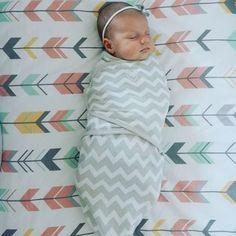 Euer Baby kommt mit dem sogenannten Moro-Reflex auf die Welt: Dieser Reflex lässt es seine Arme ruckartig nach oben werfen, sobald es auf dem Rücken liegt und das Gefühl hat, zu fallen. Das passiert Babys im Schlaf oft – manchen mehr, manchen weniger. Viele Babys schrecken durch den Reflex sogar oft aus dem Schlaf auf. Unter anderem dagegen hilft ein Pucktuch oder ein Pucksack, in das ihr euer Baby ganz fest einwickelt. Keine Sorge, das sieht nur für uns Erwachsene beklemmend und unangenehm…