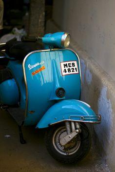 VESPA 150 - A rare sight in India, a real Vespa. Most of the Vespa-like here are usually from Bajaj or LML, Indian companies which got partnerships with Piaggio to build Vespa-like vehicules. Lml Vespa, Vespa 150, Vespa Lambretta, Vespa Scooters, Vintage India, Vintage Italy, Vespa Vintage, Incredible India, Italian Style