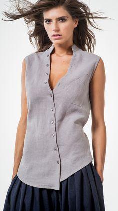 Жилет косого кроя с накладным карманом и завязками на талии. Его можно носить как на голое тело, имитируя майку, так и на сорочку или платье.  Состав: 100% лен Цвет: серый