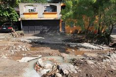 <p>Dos fallecidos y 39 personas han sido evacuadas en El Salvador a consecuencia de las lluvias que afectan al país centroamericano desde el pasado viernes y las cuales están asociadas al huracán María y a una baja presión que se desplaza por el territorio, informó hoy el Gobierno.</p>