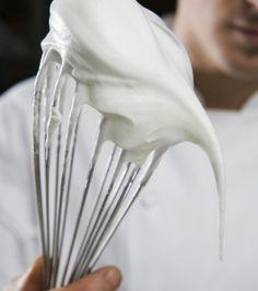 Σε μια κατσαρόλα με χοντρό πάτο βάζουμε 170 γρ. ζάχαρη και το νερό και φέρνουμε σε βρασμό σε μέτρια προς δυνατή φωτιά, ανακατεύοντας διαρκώς μέχρι να διαλυθεί η ζάχαρη. Συνεχίζουμε το μαγείρεμα χωρίς να ανακατεύουμε μέχρι να φτάσει το μείγμα τους 116⁰C. Στο μεταξύ, στον κάδο του μίξερ χτυπάμε σε μέτρια ταχύτητα με το σύρμα τα ασπράδια, λίγο αλάτι και τη βανίλια, μέχρι να αφρατέψει το μείγμα. Σταδιακά προσθέτουμε την υπόλοιπη ζάχαρη και χτυπάμε μέχρι να στέκεται η μαρέγκα. Όταν το σιρόπι… Creme, Cake Decorating, Sweets, Recipes, Food, Cookies, Christmas, Chantilly Cream, Crack Crackers