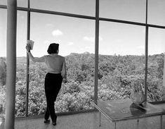 Lina Bo Bardi na Casa de Vidro, 1952. São Paulo. Chico Albuquerque/ Convênio Museu da Imagem e do Som - SP / Instituto Moreira Salles